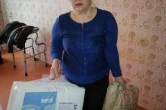 Волонтер Анна ухаживает за неходячим пенсионером