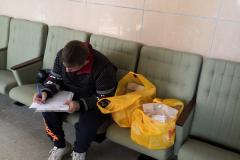 Сергей-волонтёр-для-инвалида-женщина